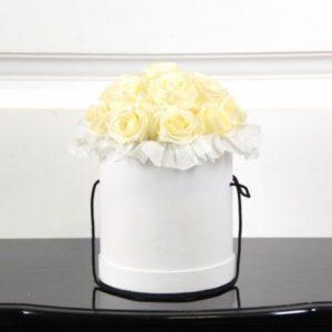 15 роз белого цвета в коробке