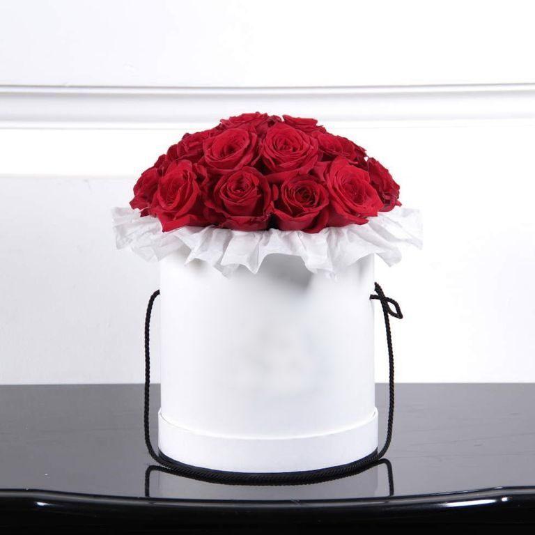 Розы красного цвета в коробке