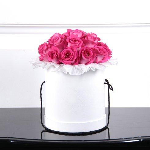 15 роз ярко-розового цвета в коробке