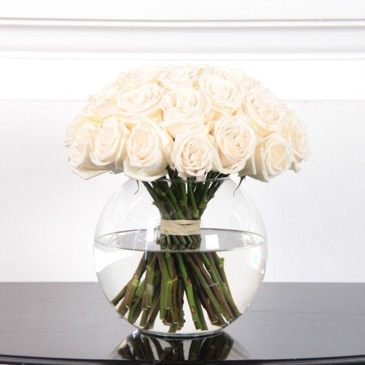 Розы белого цвета в вазе