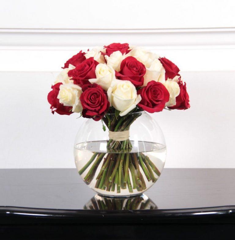 25 роз красного и белого цвета в вазе
