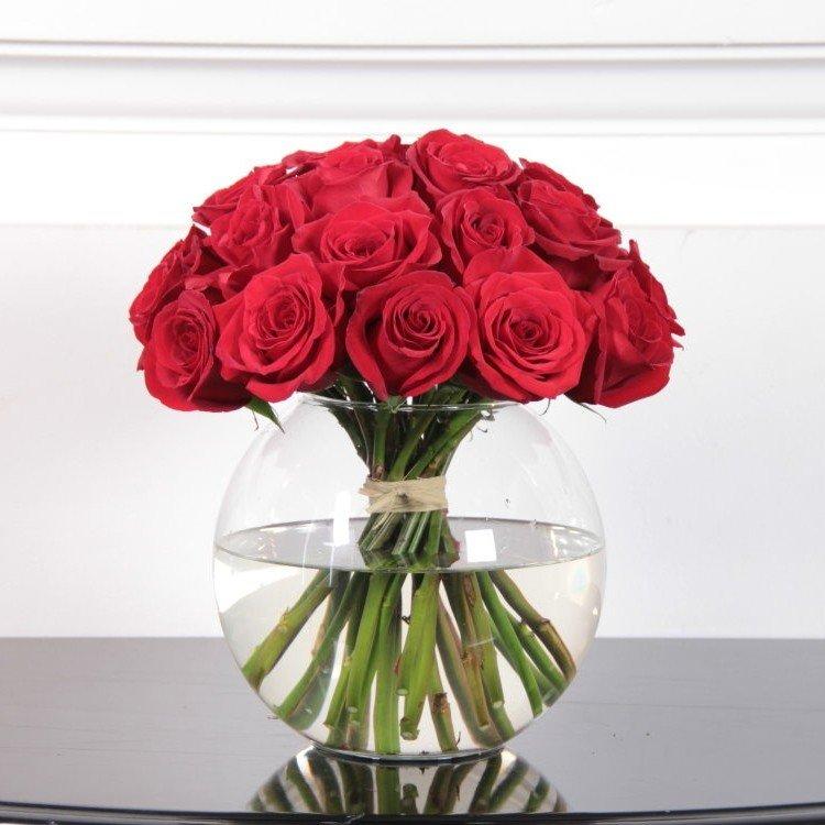 25 роз красного цвета в вазе