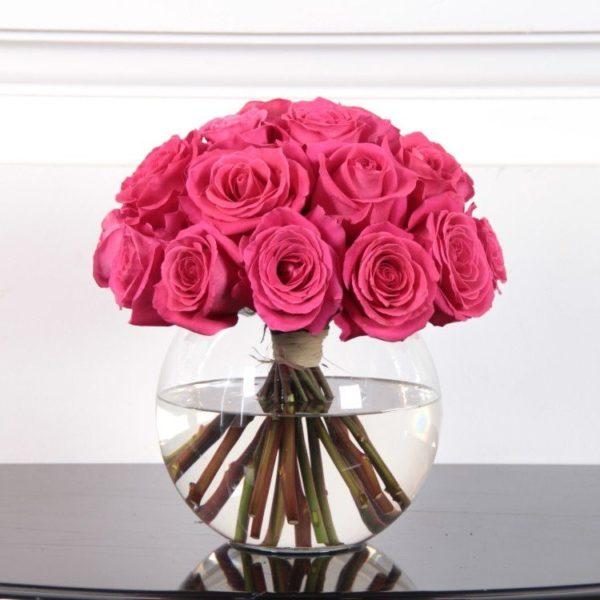 25 роз ярко розового цвета в вазе
