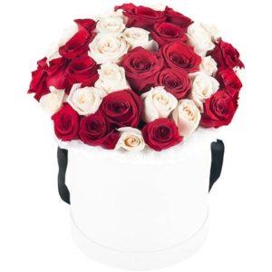 35 роз красного и белого цвета в коробке