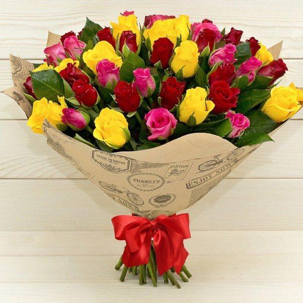 """Букет из роз """"Цветочная поляна"""" желтого розового и красного цвета"""
