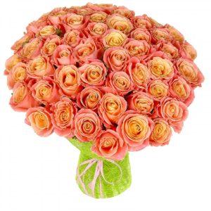 Букет Miss Piggy из 51 кремово-розовой розы в зеленой обертке