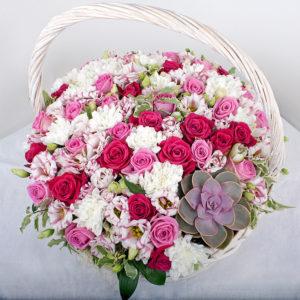 Корзина роз белого и розового цвета
