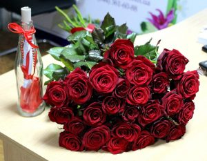 Букет из 25 роз Red naomi живое фото